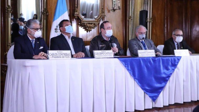 El presidente Alejandro Giammattei en conferencia de prensa con las autoridades del IGSS, Intecap e Irtra. (Foto Prensa Libre: La Red)