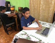 Muchos niños, especialmente del sector educativo privado, reciben clases a través de plataformas virutales. (Foto Prensa Libre: Hemeroteca PL)