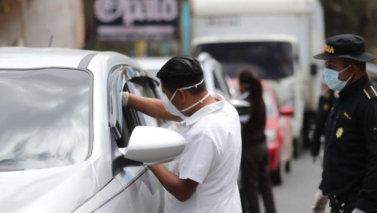 Personal del Ministerio de Salud mantienen revisión de temperatura. (Foto Prensa Libre: Érick Ávila)