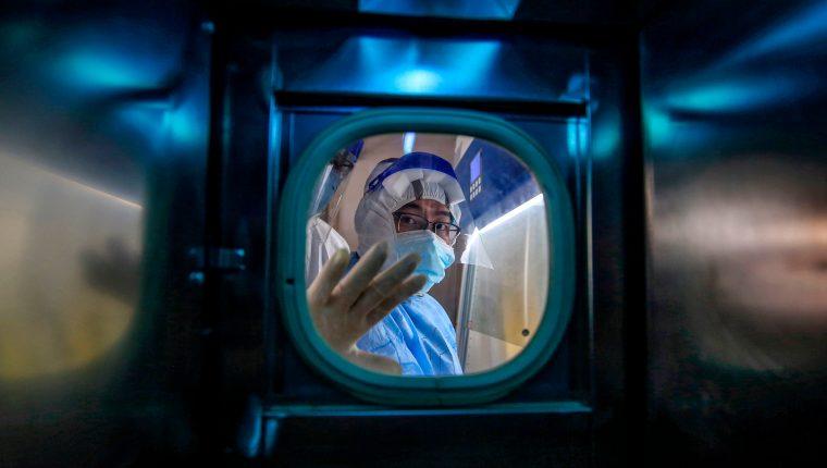 Un laboratorio británico intenta hallar una vacuna contra el Covid-19. (Foto Prensa Libre: AFP)