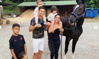 Cristiano Ronaldo se ha refugiado en Portugal junto a su familia. En la fotografía aparecen en Italia en un fin de semana de descanso. (Foto Prensa Libre: Instagram Georgina Rodríguez)