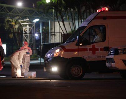 Personal de Cruz Roja Guatemalteca traslada a pacientes de coronavirus al hospital provisional del Parque de la Industria. (Foto Prensa Libre: Carlos Hernández)