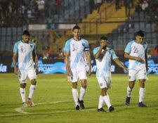 Los jugadores de la Selección Nacional muestran su tristeza después de la derrota. (Foto Prensa Libre: Érick Ávila)