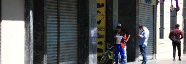 Personas esperan en fila para ingresar a una casa de empeño, en zona 1, y gestionar préstamos cediendo artículos. (Foto Prensa Libre: Carlos Hernández)