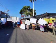 Los vendedores reclaman que necesitan trabajar. (Foto Prensa Libre: Rolando Miranda)