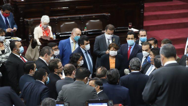 Jefes de bloques se reúnen al comienzo de la sesión plenaria. (Foto Prensa Libre)
