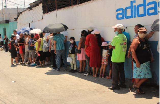 En medio de la crisis por el covid-19, largas filas de personas esperando comida en un comedor seguro en la colonia Lo de Bran, zona 6 de Mixco. (Foto Prensa Libre: Byron García)