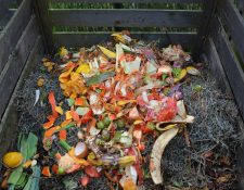 Hacer compost en casa es una forma de enseñar a los más pequeños a reciclar.
