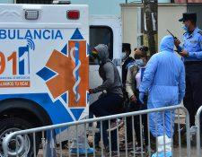 Los hondureños que ingresan al país son escoltados por las autoridades en una ambulancia para ser puestos en cuarentena y  evitar la propagación del nuevo coronavirus en Tegucigalpa. (Foto Prensa Libre: AFP)