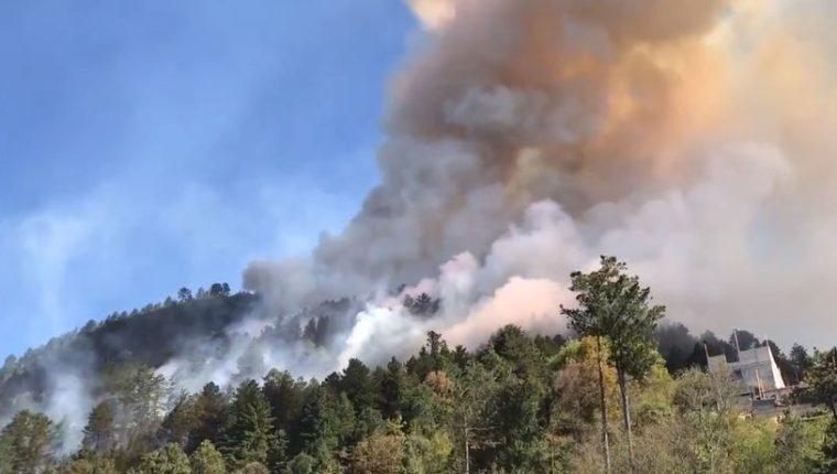 Uno de los incendios forestales en Totonicapán. (Foto: Captura de pantalla de video de Andrea Ixchíu).