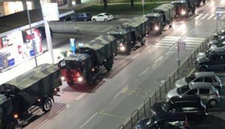 Una impresionante columna de vehículos militares ha cruzado el corazón de Bérgamo con ataúdes. (Foto Prensa Libre: EFE)