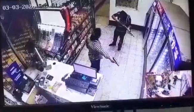 Dos hombres armados asaltan una gasolinera en Izabal. (Foto Prensa Libre: captura de pantalla)