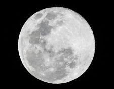 """La """"superluna de gusano"""" está en su punto más cercano a la Tierra este lunes y martes. (Foto Prensa Libre: Kenneth Cruz)"""