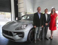 Diego Cuestas y Miguel Castañeda representantes de Grupo Los Tres presentaron el nuevo Porsche Macan GTS. Foto Prensa Libre: Norvin Mendoza