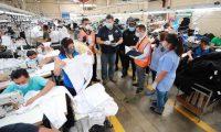 Personal del Mineco acudió este jueves a una verificación de una planta de ropa en Mixco y el cumplimiento de las medidas de seguridad industrial, con agentes de la Policía Nacional Civil. (Foto Prensa Libre: Hemeroteca)