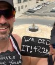 Collin Allin y su esposa Hilda corrieron 42 kilómetros en la terraza de su habitación en Dubái. Foto Prensa Libre: Tomada de redes