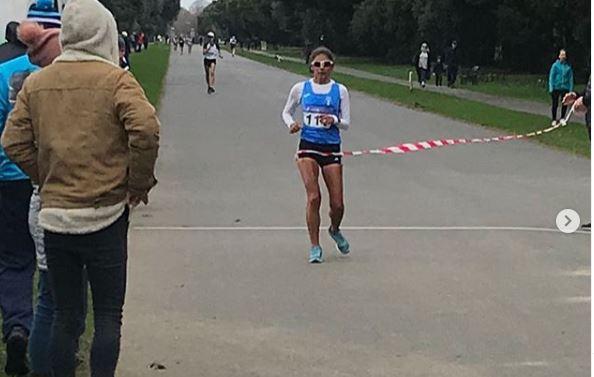 Mirna Ortiz en el momento que ingresa a la meta en Irlanda. Foto Francisco Fernández.
