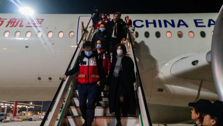 El equipo chino trabajará junto con médicos italianos para enfrentar la actual crisis de coronavirus en el país. (Foto Prensa Libre: EFE)
