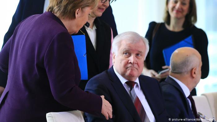 Horst Seehofer, ministro alemán de Interior, se rehusó a estrechar la mano a Merkel. (picture-alliance/AA/A. Hosbas)