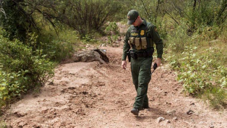 Un agente de la Patrulla Fronteriza vigila un área semidesértica en la frontera entre México y Estados Unidos (Foto Prensa Libre: Hemeroteca PL)
