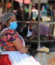 En Momostenango, las personas continúan reuniéndose en el parque central antes de las 16 horas, las ventas de comida siguen instaladas y la gente sigue consumiéndolas. (Foto Prensa Libre:)