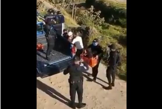Siete agentes de la Policía Nacional Civil detienen a un campesino y su hija de tres años en Sololá. (Foto Prensa Libre: Cortesía)