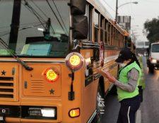 Agentes de tránsito revisan que los autobuses circulen con los permisos necesarios. (Foto Prensa Libre: cortesía)