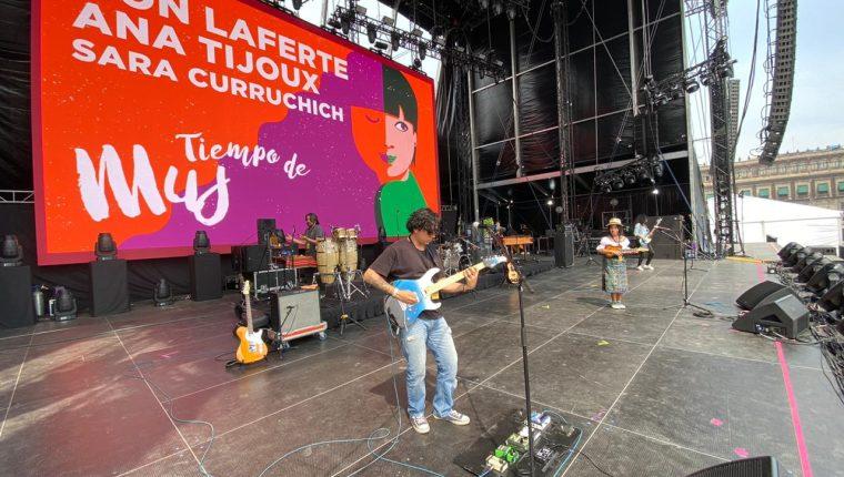 Sara Curruchich hace pruebas de sonido previo al concierto Tiempo de Mujeres, en el Zócalo de México. (Foto Prensa Libre, cortesía)