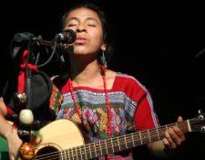 """La artista maya kaqchikel Sara Curruchich, promociona el álbum """"Somos"""". (Foto Prensa Libre: Keneth Cruz)"""
