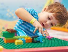 Los niños en casa pueden divertirse con pequeñas actividades y juegos, gracias a su imaginación. (Foto Prensa Libre: Servicios).