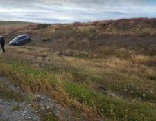 El vehículo fue abandonado en la autopista kilómetros después que el agresor haya dejado libre a las dos jóvenes. (Foto Prensa Libre: El Doce)