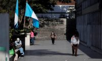 AME5284. CIUDAD DE GUATEMALA (GUATEMALA), 17/03/2020.- Ciudadanos transitan un sendero peatonal este martes, en Ciudad de Guatemala (Guatemala). Guatemala amaneció hoy con la suspensión de todas las actividades laborales, públicas y privadas, hasta el próximo 31 de marzo para evitar que se propague el coronavirus, por orden del Gobierno de Alejandro Giammattei. El país centroamericano reporta seis casos de contagio y una persona fallecida por la enfermedad. EFE/ Esteban Biba
