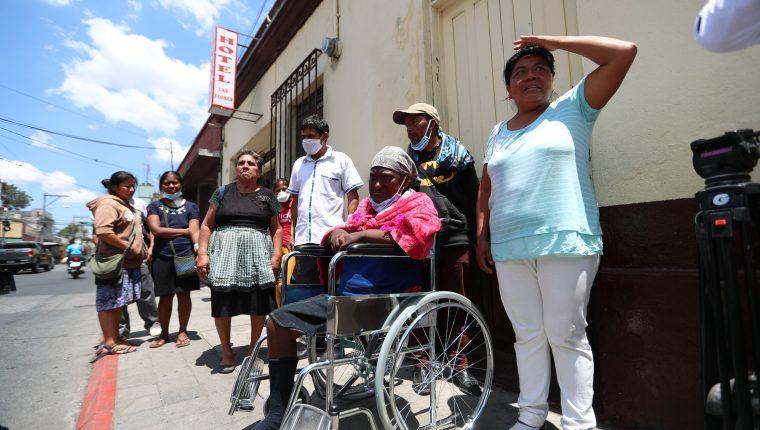 Los pacientes renales no pueden dejar de recibir hemodiálisis y por eso salen de sus casas pese a las recomendaciones del Gobierno. (Foto Prensa Libre: Miriam Figueroa)