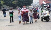 Una familia camina en la Plaza de la Constitución este domingo 26 de abril de 2020. (Foto Prensa Libre: Érick Ávila).
