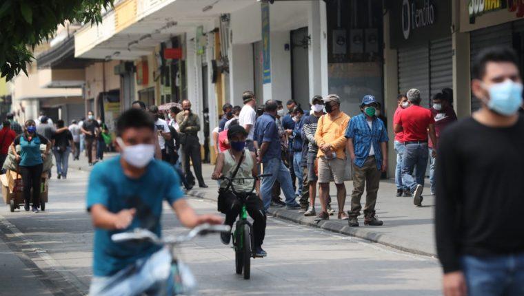 Guatemaltecos usan mascarilla en el Paseo de la Sexta, este 14 de abril de 2020. (Foto Prensa Libre: Érick Ávila).