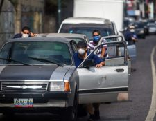 Debido a la baja de precios de la gasolina, las enormes filas junto a las gasolineras se volvieron habituales. (Foto Prensa Libre; Hemeroteca)