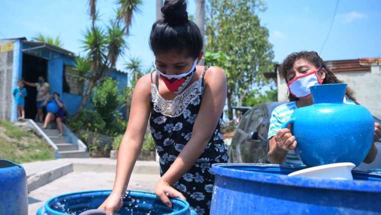 La Cruz Roja transportó agua a la colonia Los Almendros, en El Salvador, para hacer frente a la escasez en plena crisis sanitaria.