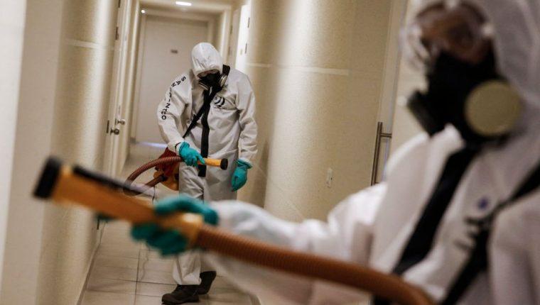 En Chile, la lucha contra el coronavirus incluye la desinfección de edificios.