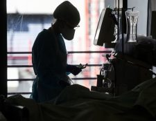 Los profesionales que trabajan en las UCI enfrentan dilemas duros, como decidir o no desconectar a un paciente de un respirador.