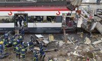 Socorristas retiran cadáveres del tren atacado en la estación de Atocha, Madrid, luego de los atentados del 11 de marzo del 2004, que dejaron 191 muertos y un impacto en los madrileños. (Foto: AFP)