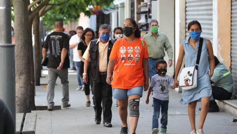 Ciudadanos utilizan mascarilla para evitar más contagios de coronavirus. (Foto Prensa Libre: Érick Ávila).
