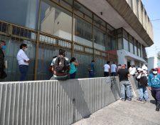 Las operaciones en las sucursales bancarias como pago de cheques, depósitos o retiros no podrán realizarse durante el fin de semana por las disposiciones presidenciales y los servicios se reactivarán hasta el lunes 18 de mayo. (Foto Prensa Libre: Hemeroteca)