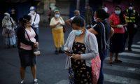 ES3001.SAN SALVADOR (EL SALVADOR,) 01/04/2020.- Decenas de personas hacen fila en las agencias de diferentes bancos para cobrar un bono de 300 dólares otorgados por el Gobierno este miércoles, en San Salvador (El Salvador). Por tercer día consecutivo, este miércoles los salvadoreños abarrotaron las agencias de diferentes bancos para cobrar un bono de 300 dólares otorgados por el Gobierno para hacer frente a la pandemia del virus SARS-CoV-2, causante de la enfermedad COVID-19, que ya se ha cobrado la vida de una persona. EFE/ Rodrigo Sura
