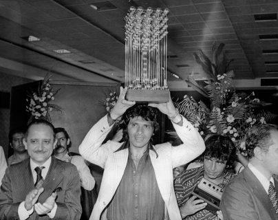 Fotografía de archivo del futbolista chileno Elías Figueroa (c), capitán del Internacional de Porto Alegre, posando con el trofeo de la Copa Brasil al derrotar a Fluminense junto al ministro brasileño de Trabajo, Arnaldo Prieto, en junio de 1975 en Río de Janeiro. (Foto Prensa Libre: EFE)