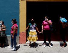 A las mujeres y menores se les dificulta presentar denuncias por el distanciamiento social y la suspensión del transporte público. Foto Prensa Libre: EFE