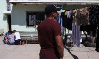 MEX050. CIUDAD JUÁREZ (MÉXICO), 03/04/2020.- El brasileño Rubens Vieira el 14 de marzo de 2020 en el albergue El Buen Samaritano, en Ciudad Juárez en el estado de Chihuahua (México). La orden es permanecer en casa, pero para centenares, sino miles, no hay en estos días un lugar seguro. Para los inmigrantes no son muchas las opciones: unos están atrapados en la pobreza del país al que llegaron, otros quedaron a medio camino en su travesía y muchos más están detenidos mientras el mundo se enfrenta al coronavirus. Son más de un centenar de inmigrantes los que vive en el albergue cristiano El Buen Samaritano en una de las zonas más violentas de Ciudad Juárez, y aunque agradecen la atención recibida, tienen miedo del COVID-19. EFE/ Luis Torres