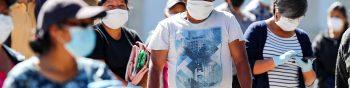 """AME093. QUITO (ECUADOR), 03/04/2020.- Ciudadanos permanecen fuera de la parroquia Llano Chico este viernes, en Quito (Ecuador). La cifra de fallecidos por coronavirus en Ecuador ascendió a 145, lo que representa 25 decesos más en las últimas 24 horas, según cifras oficiales reveladas este viernes. De acuerdo con el reporte del Ministerio de Salud, hay, además, 101 """"fallecidos probables"""" por COVID-19 a nivel nacional. Los datos oficiales revelados dan cuenta de que el número de contagios también aumentó en 205 y la cifra totalizó 3.368, en tanto que los casos con sospecha son 3.661 y los descartados 3.288. EFE/ Jose Jacome"""