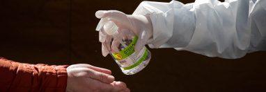Gel desinfectante que e aplica para prevenir el contagio del coronavirus. (Foto Prensa Libre. EFE)