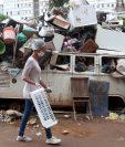 Brasileños que viven en favelas han tenido que obtener recursos para contratar ambulancias y fabricar sus mascarillas ante la emergencia del coronavirus. (Foto Prensa Libre: EFE)