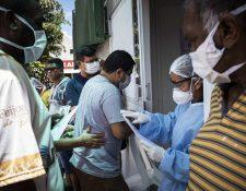 La OMS señala que los síntomas más habituales del covid-19 son la fiebre, la tos seca y el cansancio. (Foto Prensa Libre: EFE).